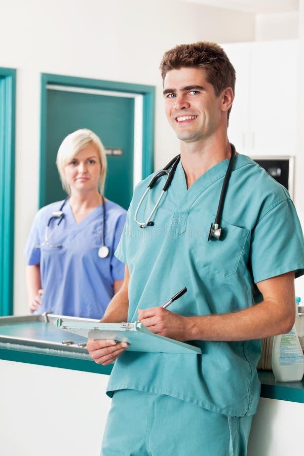 Veterinario maschio con i appunti immagine stock libera da diritti