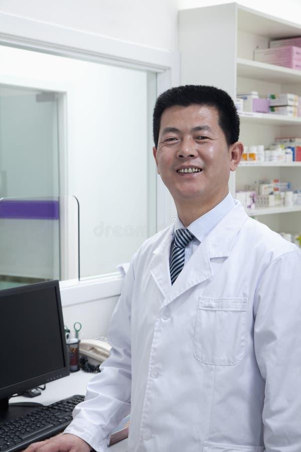 Veterinario maschio sorridente, ritratto immagini stock libere da diritti