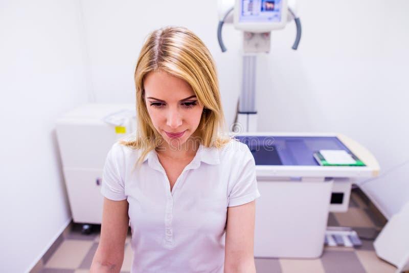 Veterinario in uniforme di bianco a funzionamento veteringary della clinica fotografie stock