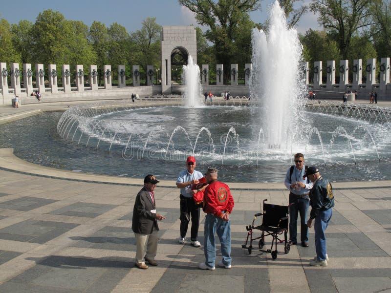 Veterinarios en el monumento de WWII fotos de archivo