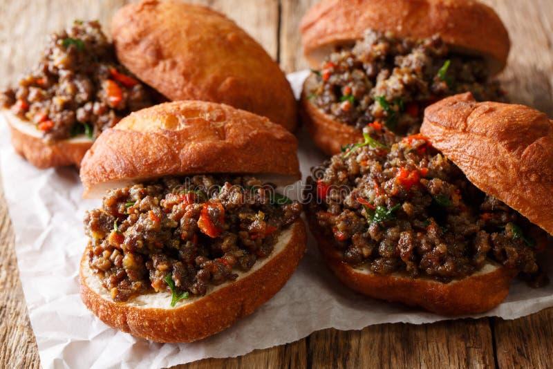 Vetkoek sudafricano delizioso ha fritto le guarnizioni di gomma piuma farcite con tritato fotografie stock libere da diritti