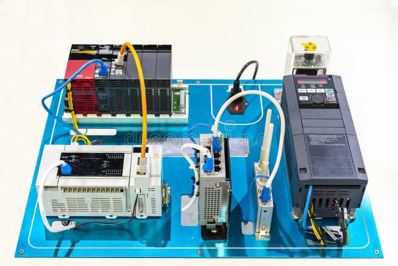 Vetor-vfd atual elétrico do inversor automático para conectar com o modem sem fio do cubo do plc & de interruptor do controlador  imagens de stock royalty free
