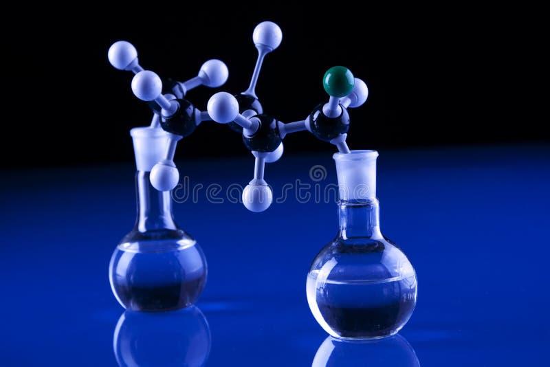 Vetreria per laboratorio e molecole fotografia stock libera da diritti