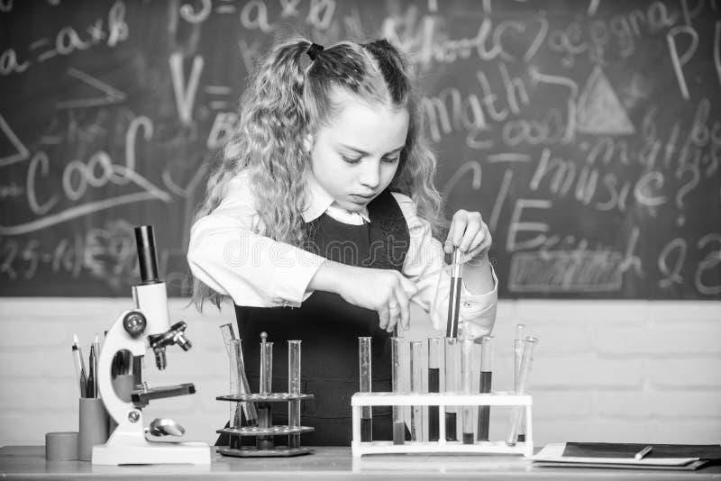Vetreria per laboratorio Laboratorio futuro di School del microbiologo Esperimento astuto della scuola di comportamento dello stu immagini stock