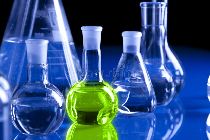 Vetreria per laboratorio nella priorità bassa blu immagini stock