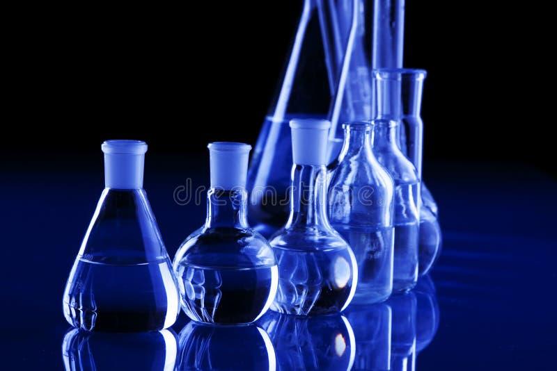 Vetreria per laboratorio nella priorità bassa blu fotografie stock