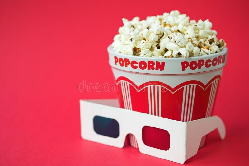 vetri 3D & una benna di popcorn immagine stock