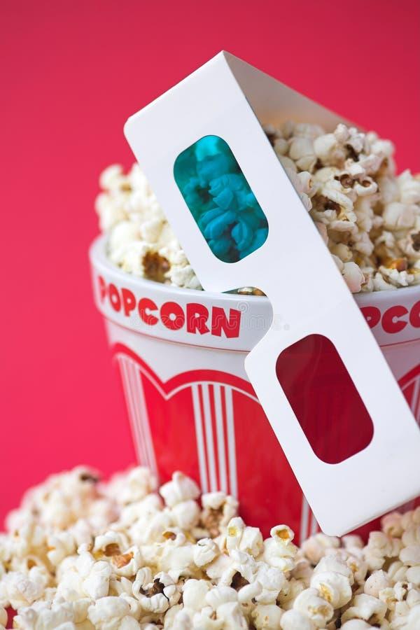 vetri 3D & una benna di popcorn fotografia stock libera da diritti