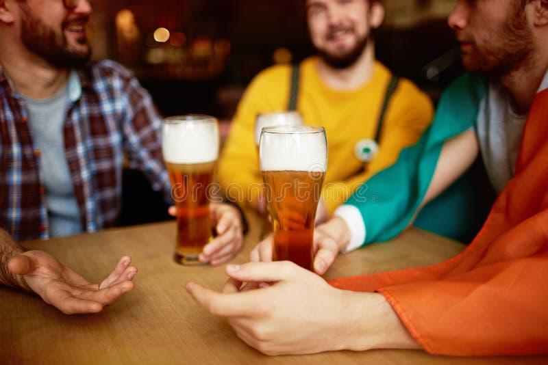 Vetri alti della birra del mestiere in pub fotografie stock libere da diritti