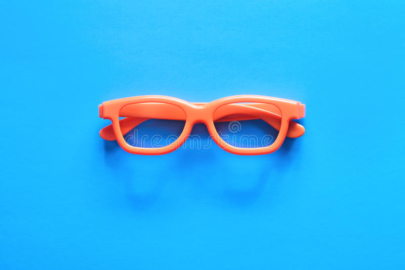Vetri arancio su un fondo blu fotografia stock