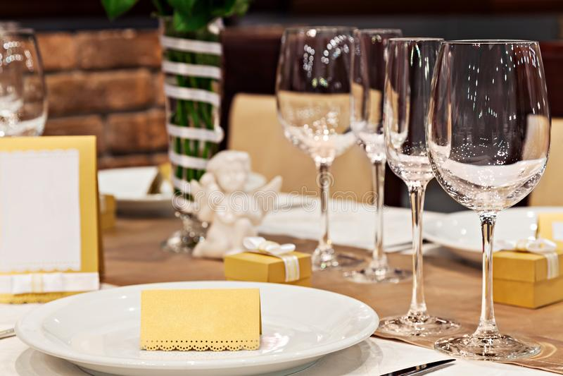 Vetri in bianco della carta e di vino del posto di nozze sull'fes fotografie stock libere da diritti