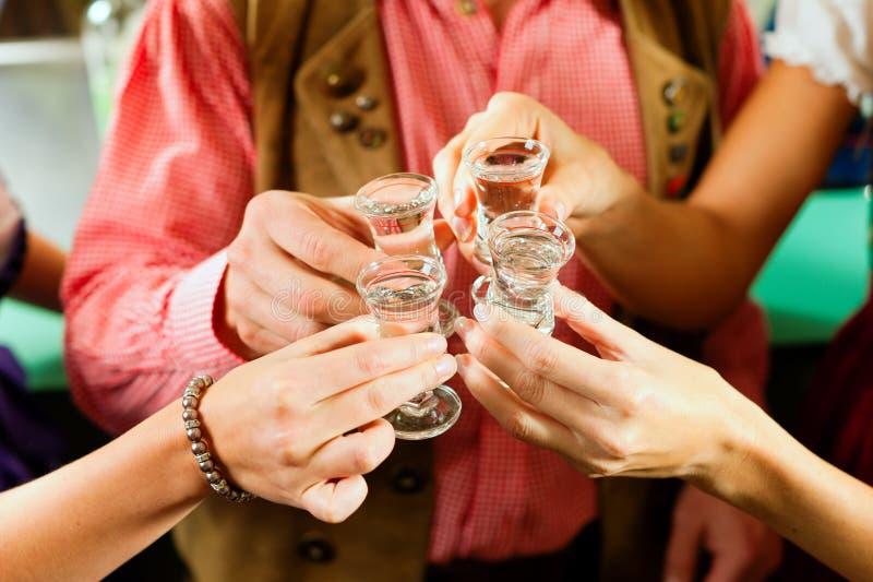 Vetri Clinking con liquore duro immagini stock libere da diritti