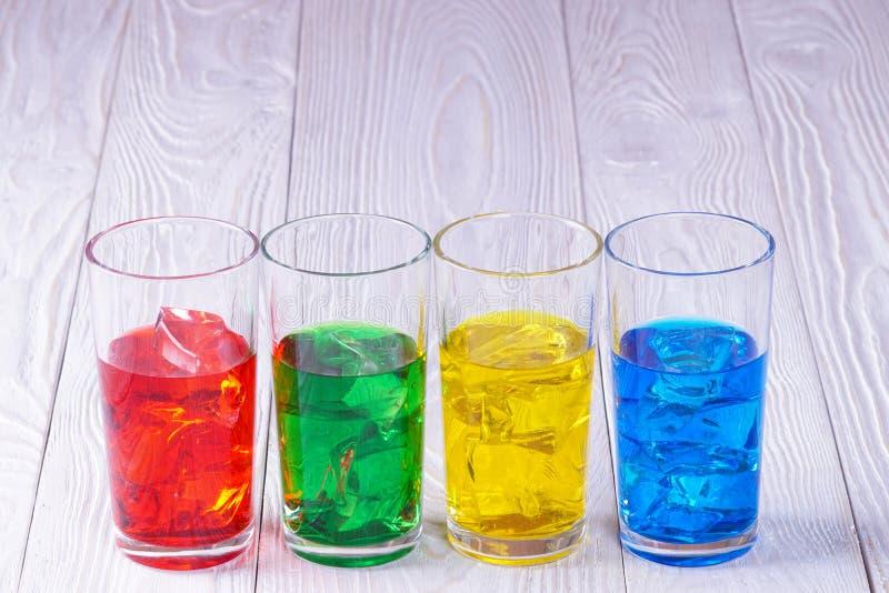 Vetri con acqua e ghiaccio colorati immagini stock