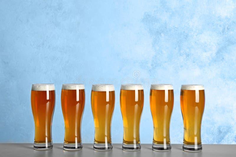 Vetri con birra sulla tavola fotografia stock libera da diritti