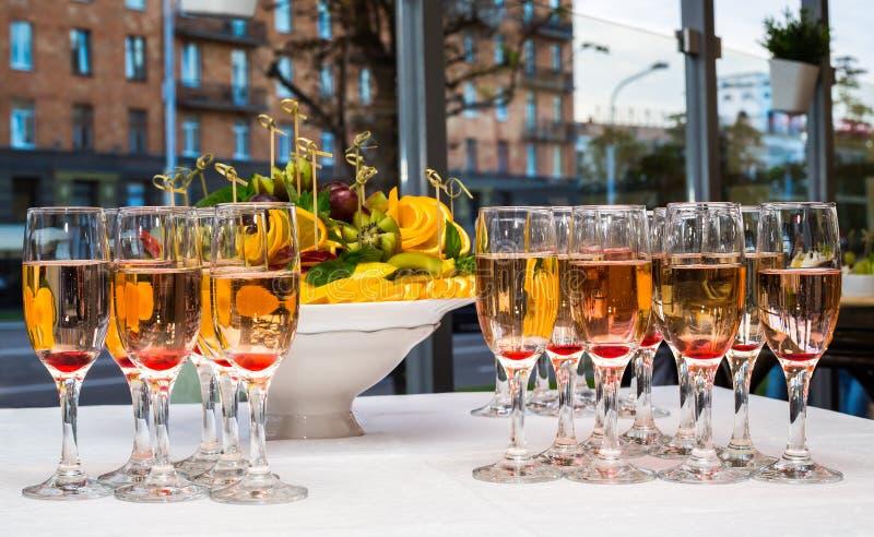 Vetri con champagne ed i frutti fotografie stock libere da diritti