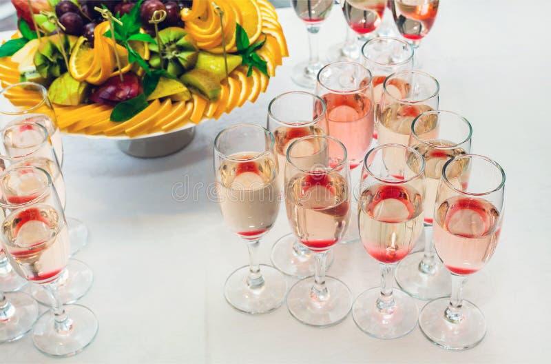 Vetri con champagne ed i frutti immagini stock libere da diritti