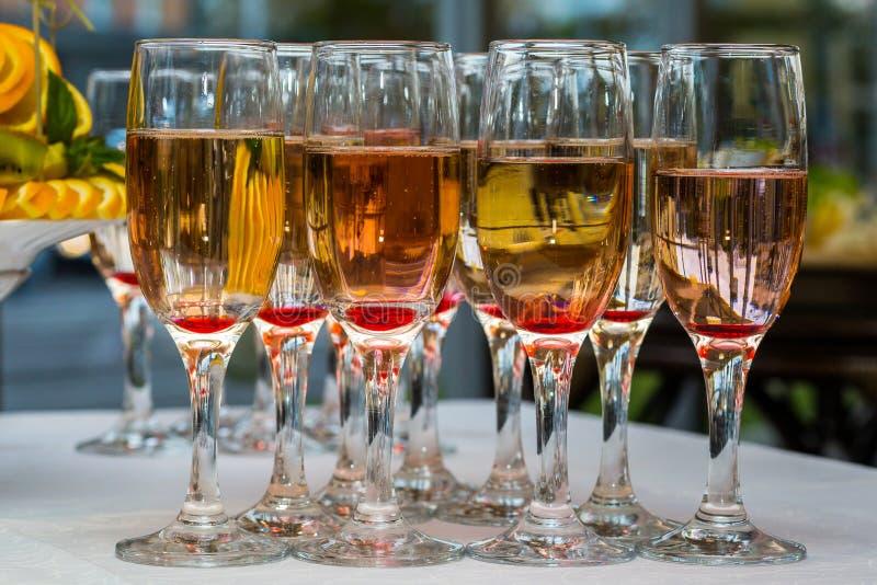 Vetri con champagne ed i frutti fotografia stock libera da diritti
