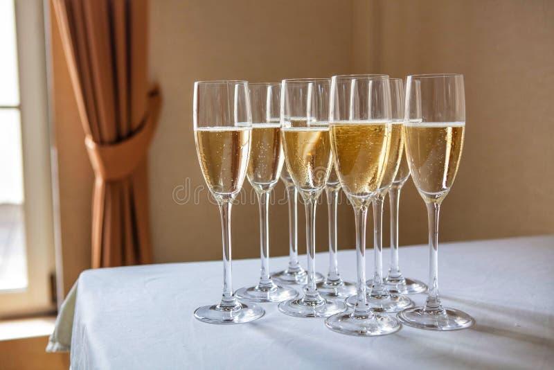 Vetri con champagne sulla tavola fotografia stock libera da diritti