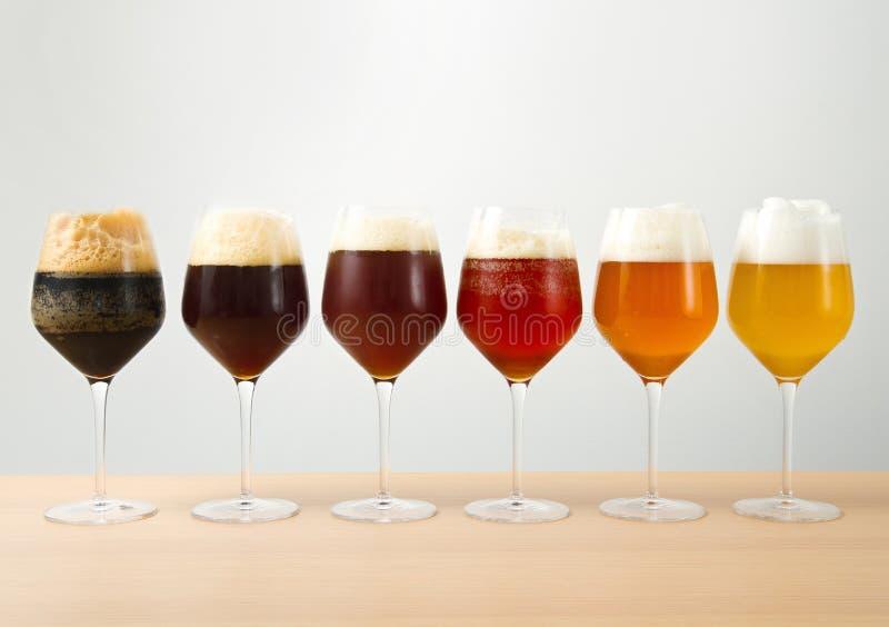 Vetri con differenti birre immagini stock libere da diritti