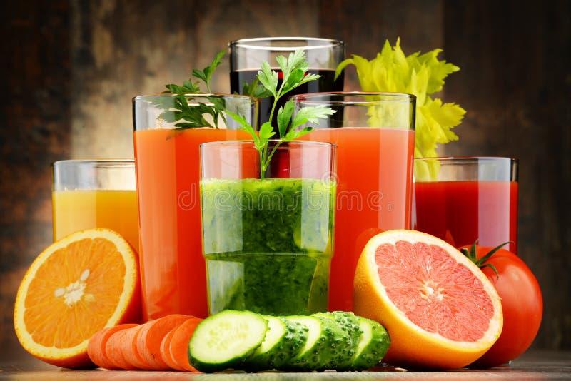 Vetri con i succhi organici freschi di frutta e della verdura fotografia stock libera da diritti