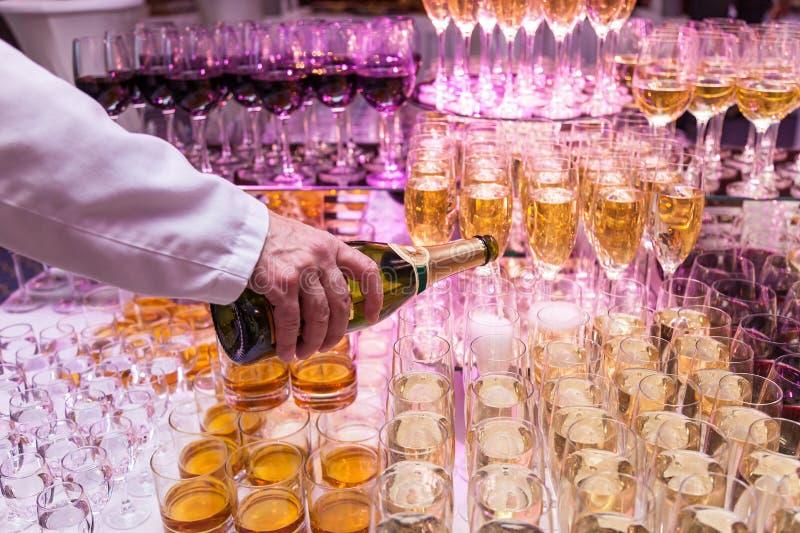 Vetri con il banchetto del cocktail dell'alcool del champagne fotografie stock libere da diritti
