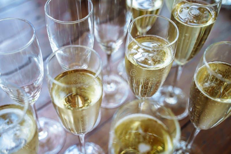 Vetri con un champagne delizioso fresco alla barra Fondo dell'alcool immagine stock libera da diritti