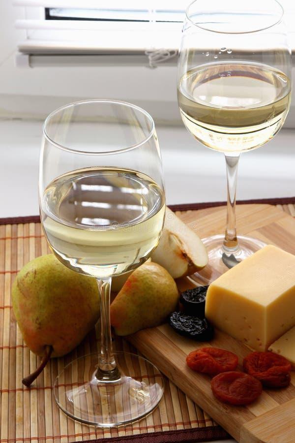Vetri con vino bianco immagine stock libera da diritti
