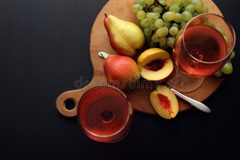 Vetri con vino rosato fotografie stock