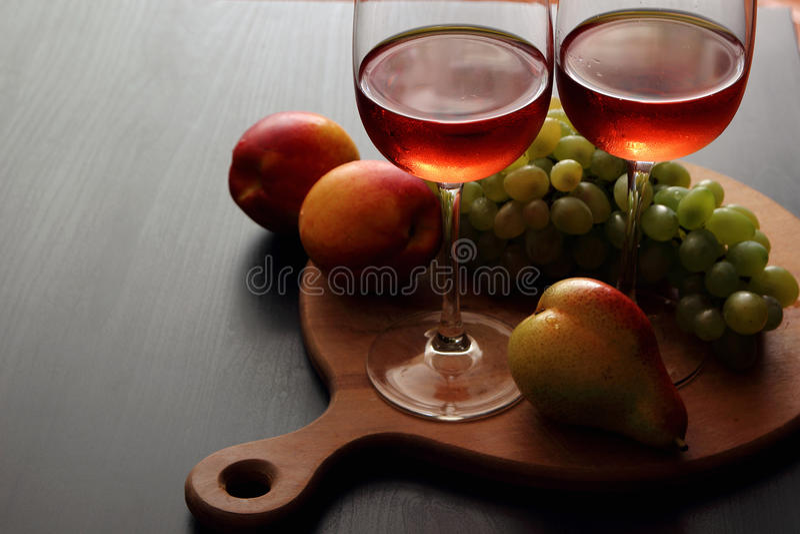 Vetri con vino rosato immagine stock libera da diritti