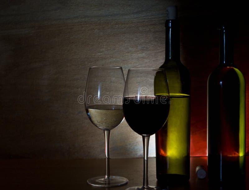 Vetri con vino rosso bianco e fotografie stock