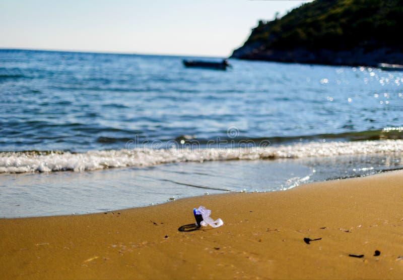 Vetri d'immersione che si trovano sulla spiaggia immagine stock