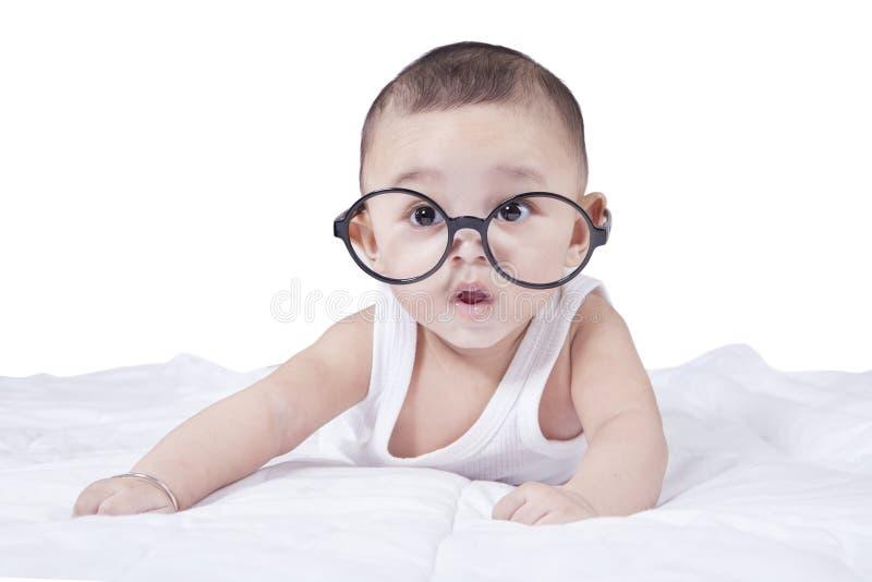 Vetri d'uso del neonato sveglio fotografia stock