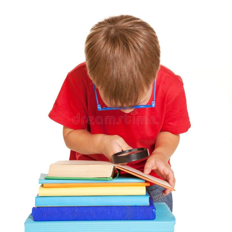 Vetri d'uso del ragazzino che leggono un libro immagini stock libere da diritti