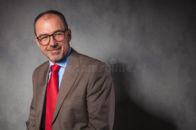 Vetri d'uso dell'uomo d'affari senior elegante fotografia stock libera da diritti