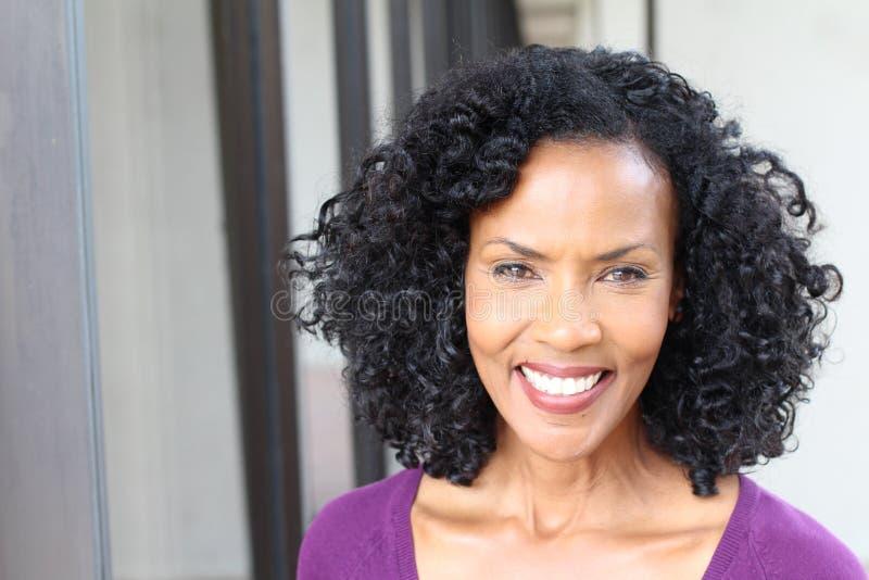 Vetri d'uso della donna afroamericana senior splendida con lo spazio della copia immagine stock libera da diritti