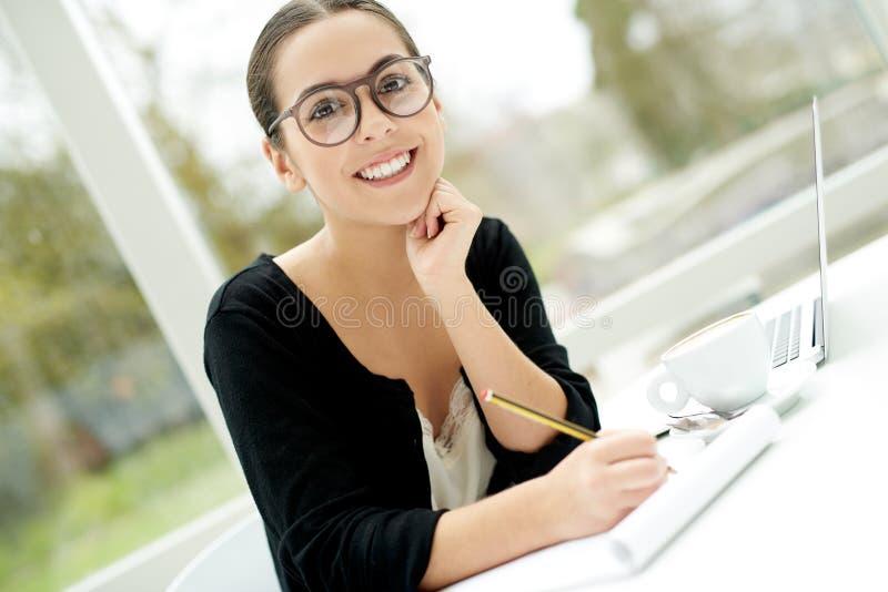 Vetri d'uso della giovane donna di affari felice fotografia stock
