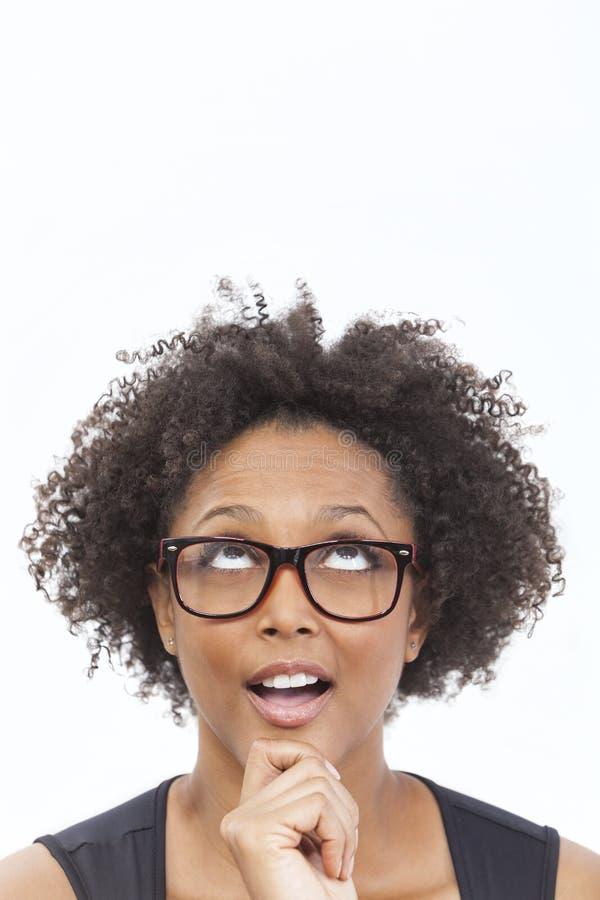 Vetri d'uso della ragazza afroamericana della corsa mista fotografia stock libera da diritti