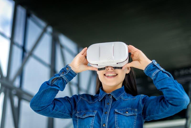 Vetri d'uso di realtà virtuale della donna immagini stock libere da diritti