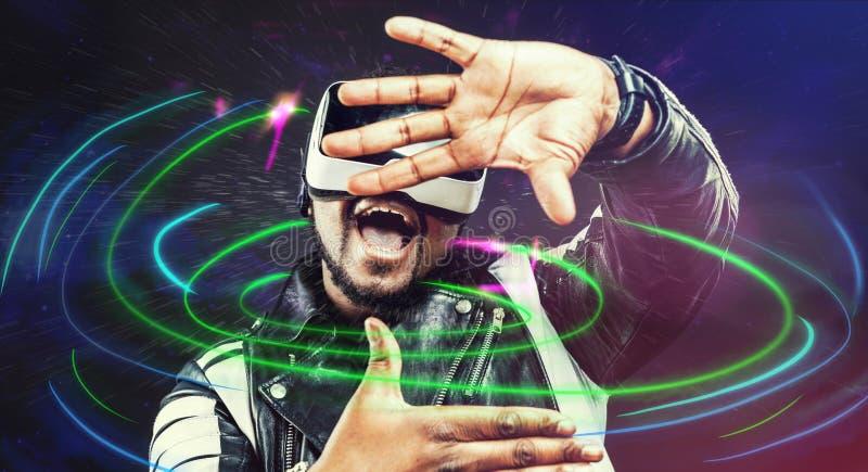 Vetri d'uso googla/VR di realtà virtuale del giovane fotografia stock libera da diritti