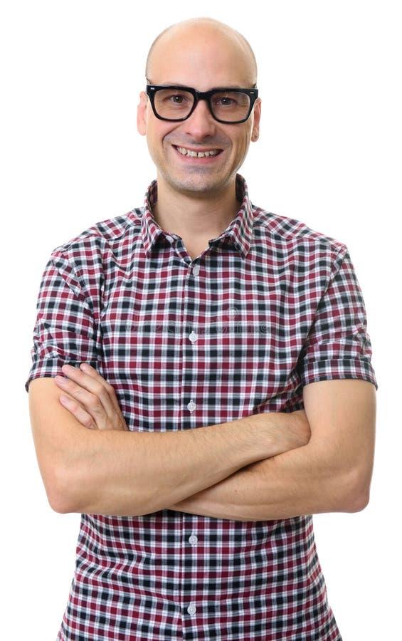 Vetri d'uso sorridenti dell'uomo calvo bello Isolato immagini stock libere da diritti