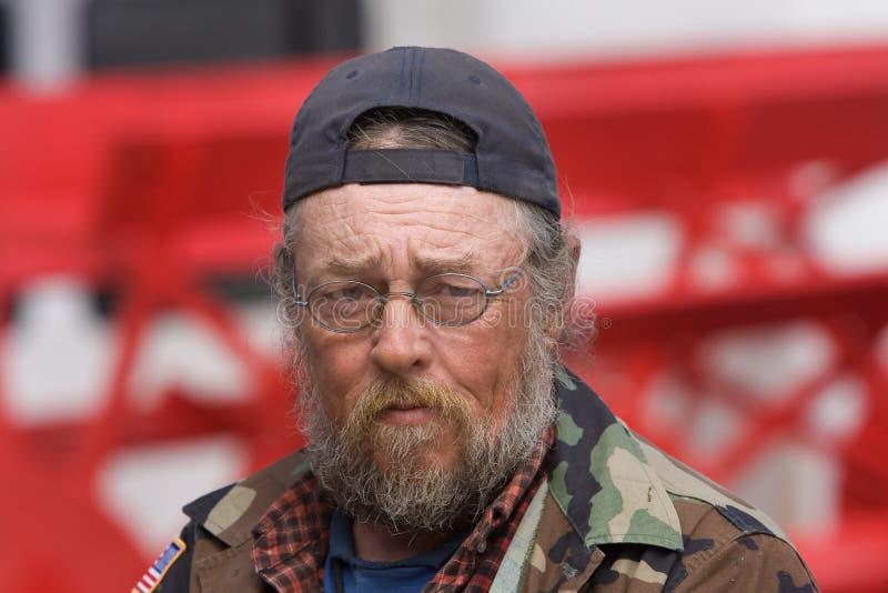 Vetri da portare dell'uomo senza casa anziano fotografia stock