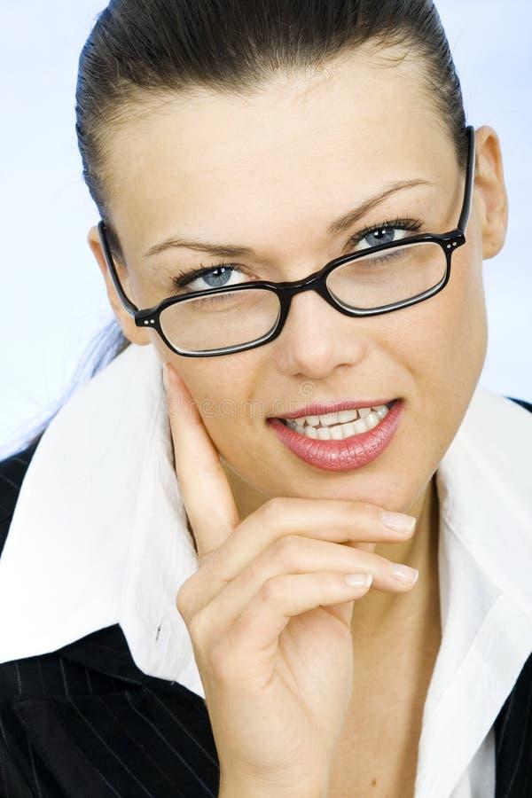 Vetri da portare della giovane donna di affari immagini stock libere da diritti