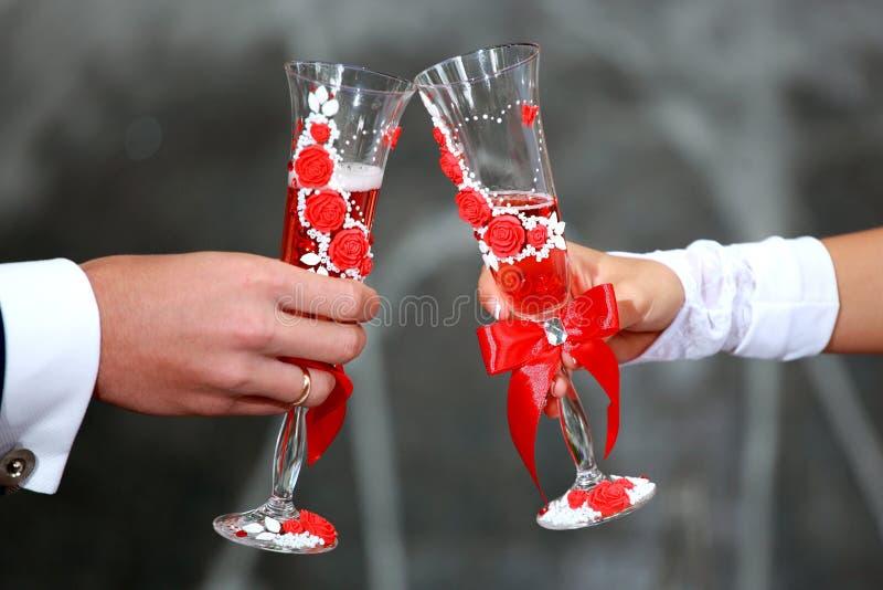Vetri del champagne della holding dello sposo e della sposa Pane tostato di Champagne Vetri di nozze in loro mani fotografie stock libere da diritti