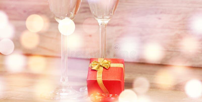 Vetri del champagne di nozze, fondo romantico del cuore immagini stock