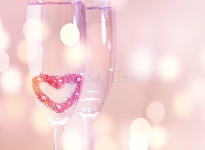 Vetri del champagne di nozze, fondo romantico del cuore fotografie stock libere da diritti