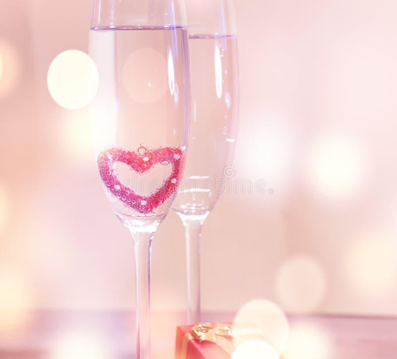 Vetri del champagne di nozze, fondo romantico del cuore fotografia stock