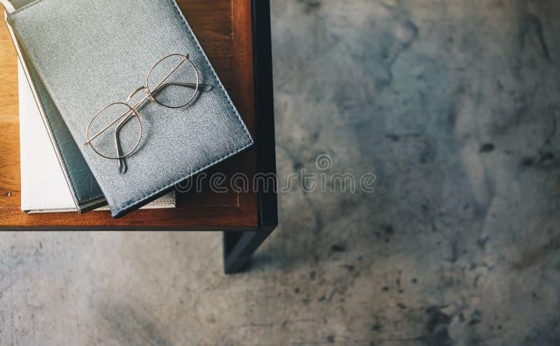 Vetri del libro disposti sui bordi di legno sulla vista superiore immagini stock