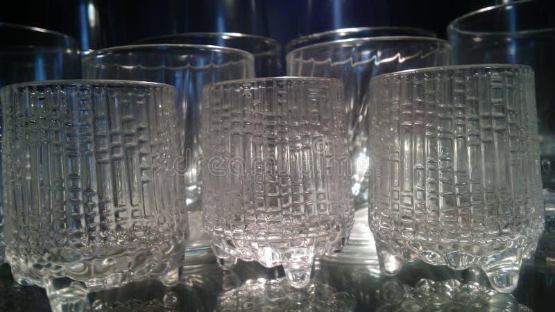 Vetri del liquore illuminati ed adatti a bere le bevande alcoliche a casa o in una barra o in un Re immagini stock