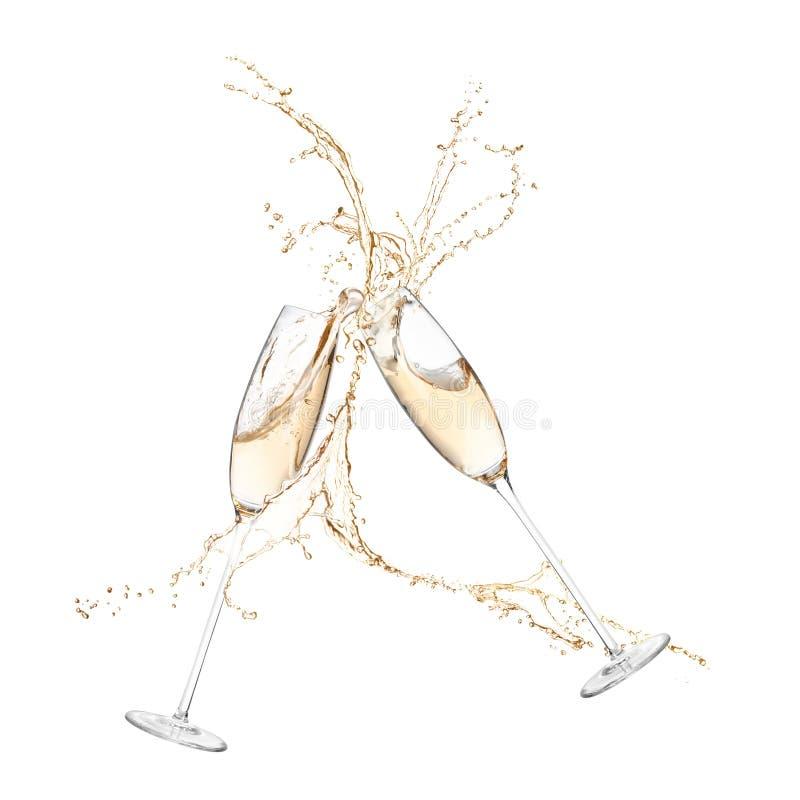 Vetri del tintinnio del champagne insieme e spruzzando sul bianco immagini stock libere da diritti