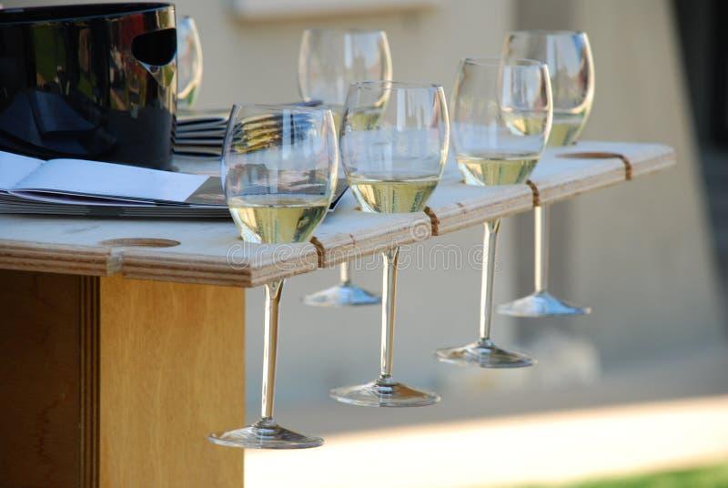 Vetri dell'assaggio di vino Vino di Franciacorta, Italia fotografie stock